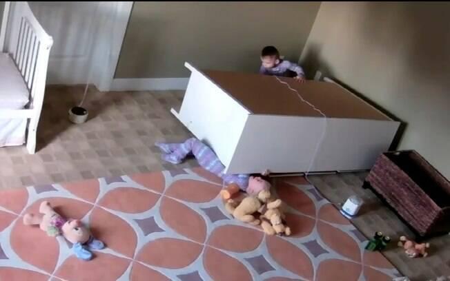 Irmãos gêmeos estavam brincando e sofreram um acidente: móvel de gavetas caiu em cima deles