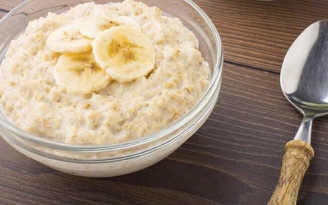 O mingau de aveia é rico em fibras e nutrientes, mas é fácil exagerar na quantidade e, com isso, engordar