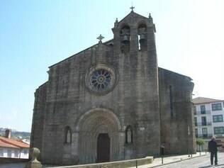 Fachada assimétrica da Igreja Santa Maria dos Azougues, em Betanzos