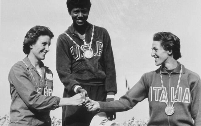 Wilma Rudolph, dos EUA, comemora ouro nos 200m, com Hyman (e) Leone (d)