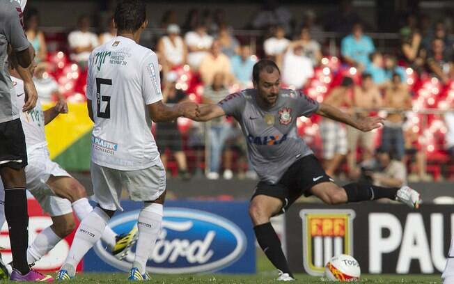 Danilo tenta finalizar contra a marcação de  Durval