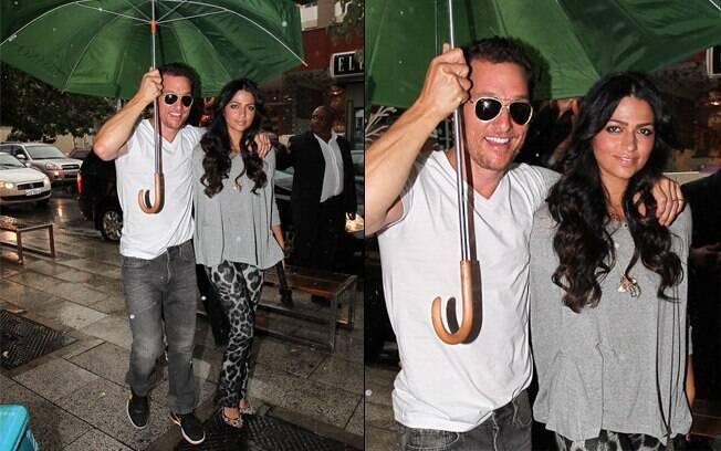 Matthew McConaughey e Camila Alves: juntinhos na chuva