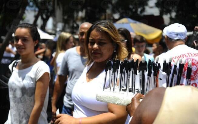 Mulher vende caneta antes do Exame Nacional do Ensino Médio do ano passado, em São Paulo