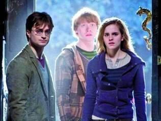 Cinemas. Série Harry Potter, da escritora J. K. Rowling, é constituída por sete livros e ganhou adaptação para o cinema e também diversos jogos de videogame.