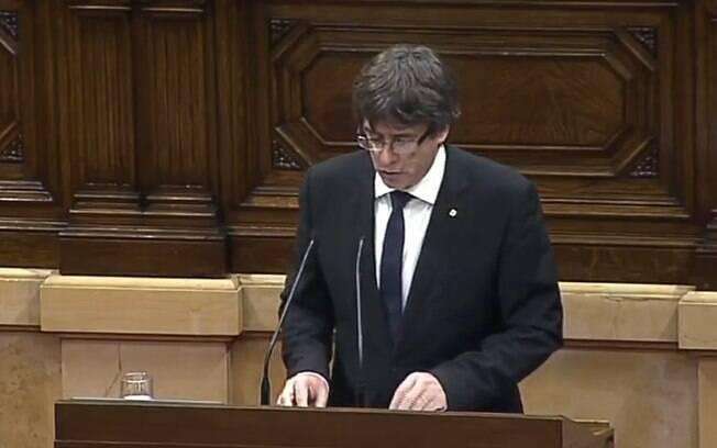 Líder da Catalunha, Carles Puigdemont discursa para o Parlamento da Catalunha