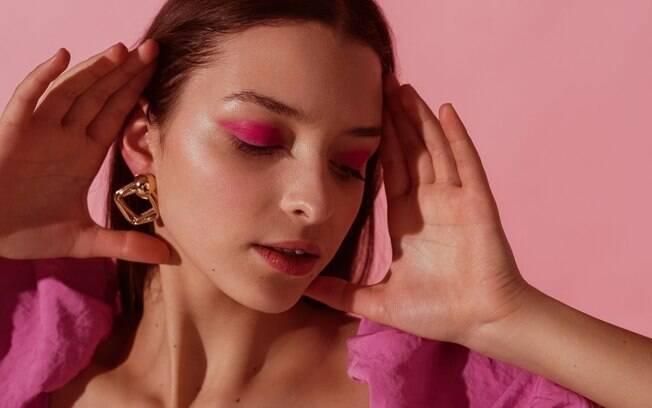 Olhos coloridos e pele fresh são as novas trends de beleza