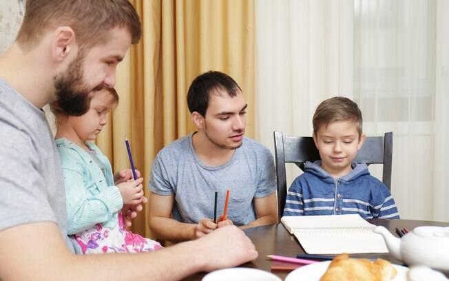 Pais gays se mostraram mais presentes na vida escolar dos filhos do que pais heterossexuais