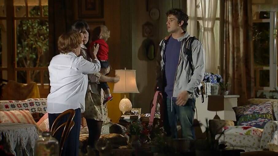 Rodrigo negligencia os cuidados de Júlia e Iná se enfurece