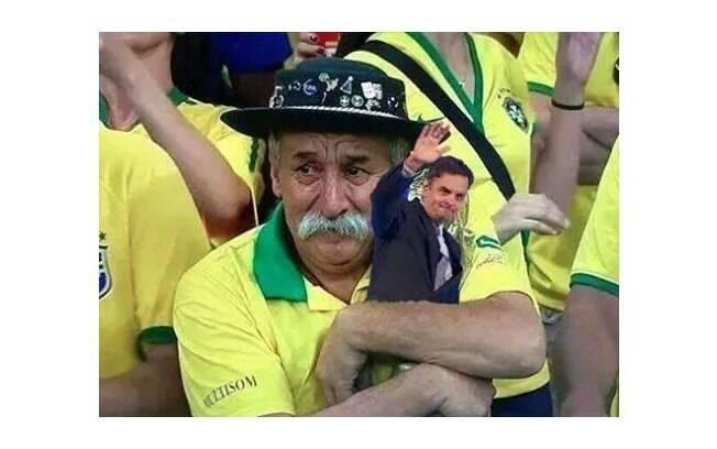 O inconsolável senhorzinho da Copa do Mundo segura uma pequena estátua do Aécio, em vez da taça. Foto: Reprodução