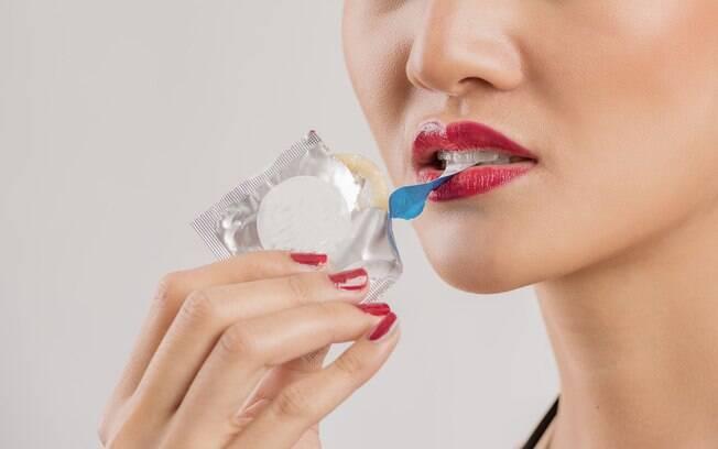 Usar a boca para abrir a camisinha pode acabar furando ou rasgando o preservativo