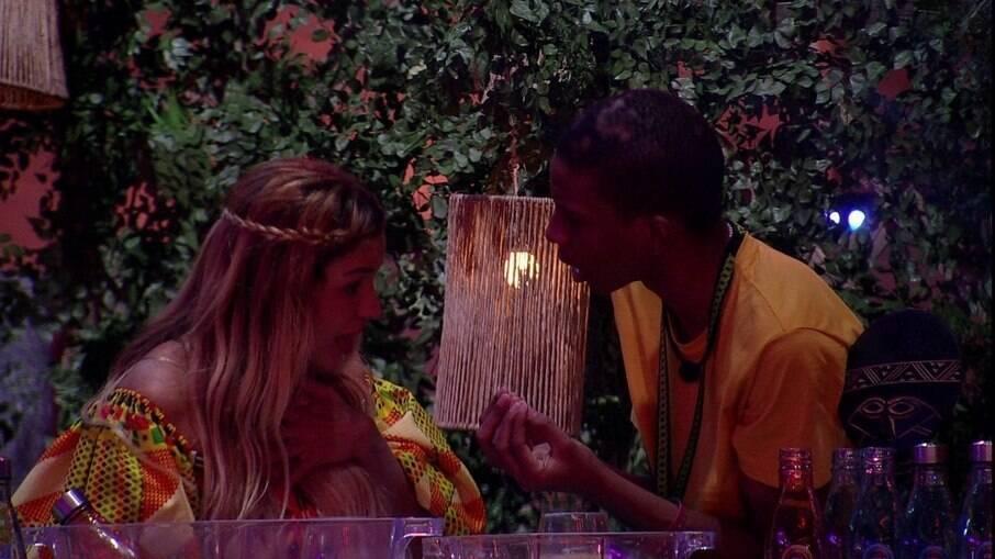 Lucas e Kerline se desentendem novamente em festa no BBB 21