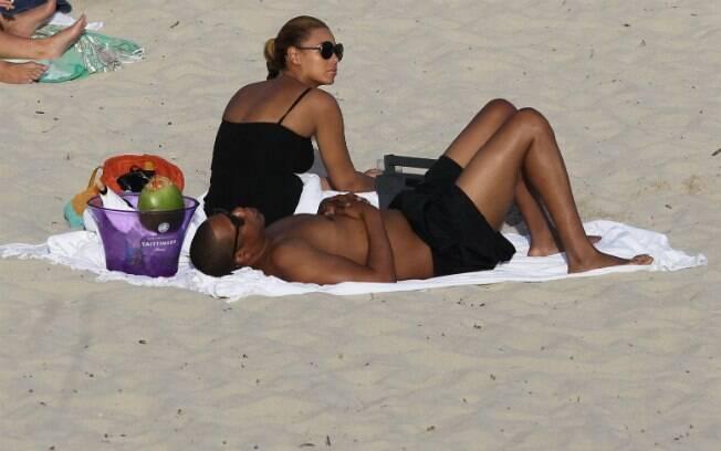 Casal aproveitou para tomar sol no passeio de férias
