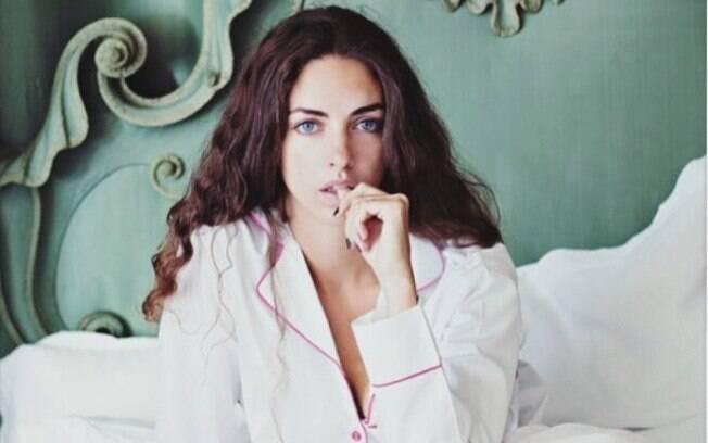Kate chamou atenção com um ensaio fotográfico em que posa de pijama decotado e expressão sexy