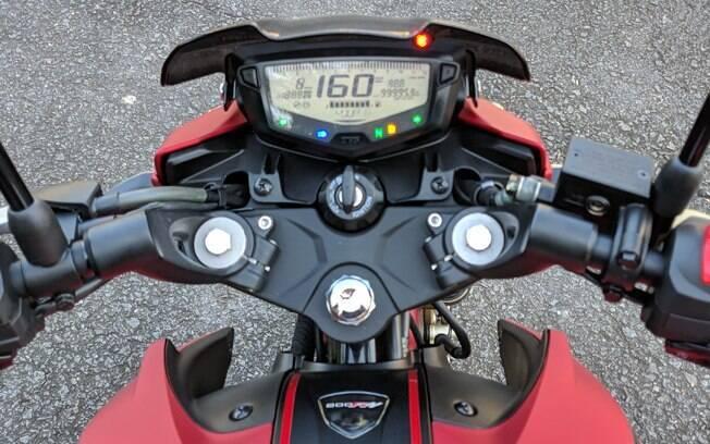 O painel é bem equipado, com indicador digital de marcha engatada e até shift-light