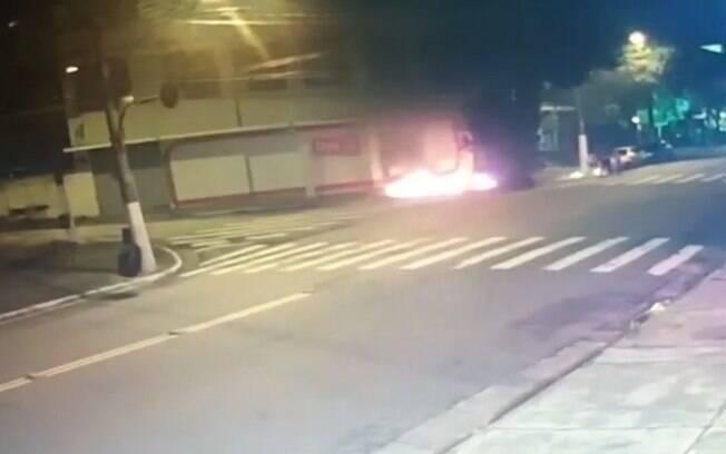 Câmera de segurança captou momento em que homem ateou fogo em morador de rua