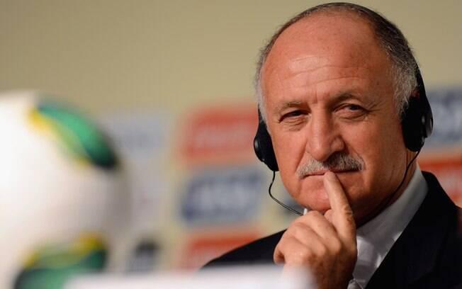 Luiz Felipe Scolari ouve pergunta durante a  entrevista coletiva após o sorteio da Copa das  Confederações
