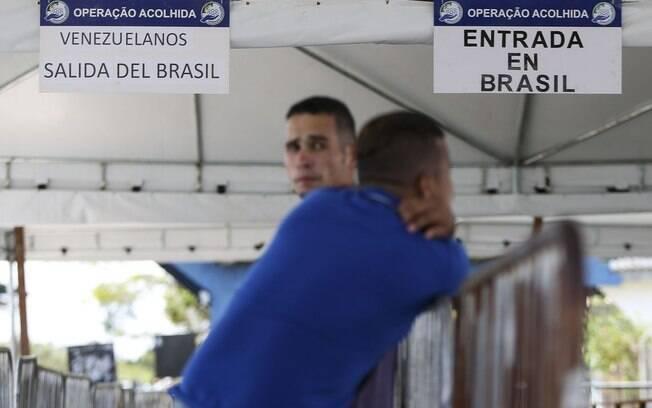 Venezuela bloqueou fronteira para evitar entrada de ajuda humanitária, mas migração continua
