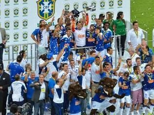 Jogadores do Cruzeiro eram só alegria na cerimônia de entrega da taça de campeão brasileiro