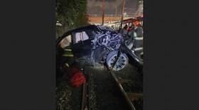 Carro cai nos trilhos da CPTM; motorista passa bem