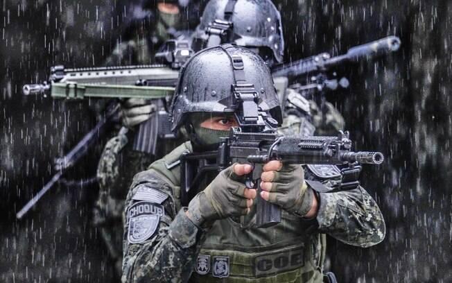 Típica formação de progressão em terreno hostil: cada Operador cobre uma posição para defender o resto da Equipe. Foto: Major PM Luis Augusto Pacheco Ambar