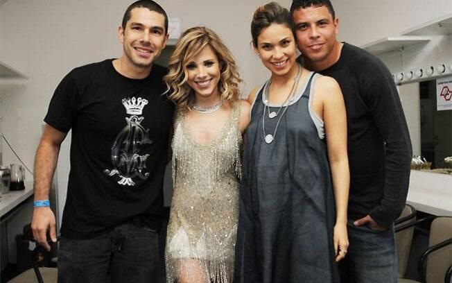 Wanessa é famosa mais próxima de Bia Antony e elas posaram coms os maridos - Marcus Buaiz e Ronaldo - no camarim da cantora, em outubro de 2009