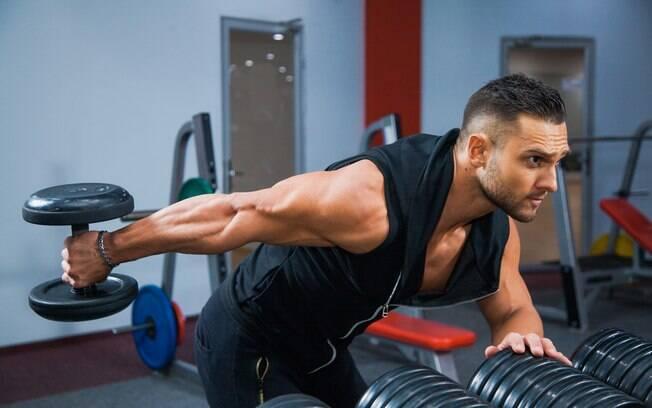 homem fazendo exercício tríceps coice