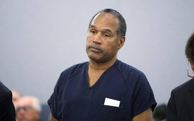 Ex-jogador de futebol americano, O.J. Simpson  foi acusado de matar a facadas a ex-mulher, Nicole  Brown, e seu amigo, Ronald Goldman. Não foi  julgado culpado