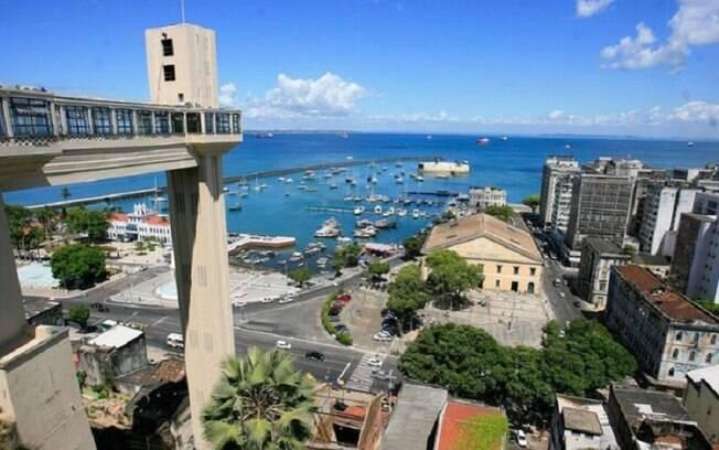 O Elevador Lacerda é uma boa opção para atravessar a cidade baixa e o centro histórico