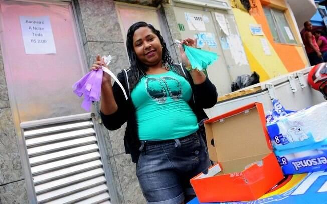 Rosete Nogueira, moradora do Santa Marta, mostra as pulseiras que controlam o uso dos banheiros