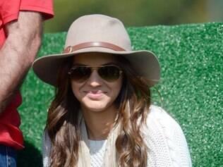 Bruna Marquezine tentou se 'esconder' com um chapéu e óculos, mas logo foi notada por todos os presentes