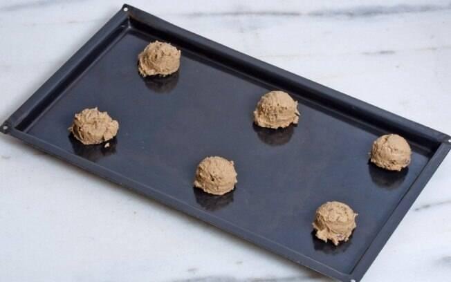 bolinhas de cookie em uma bandeja