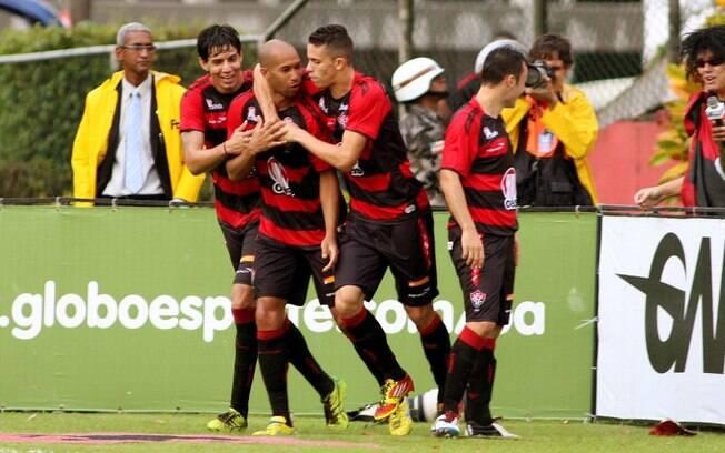 Dinei é abraçado pelos companheiros após  marcar o gol do Vitória diante no Bahia, no  Barradão