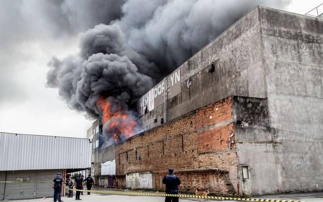 Por causa do incêndio, há muita fumaça no local e bombeiros têm dificuldade de apagar chamas