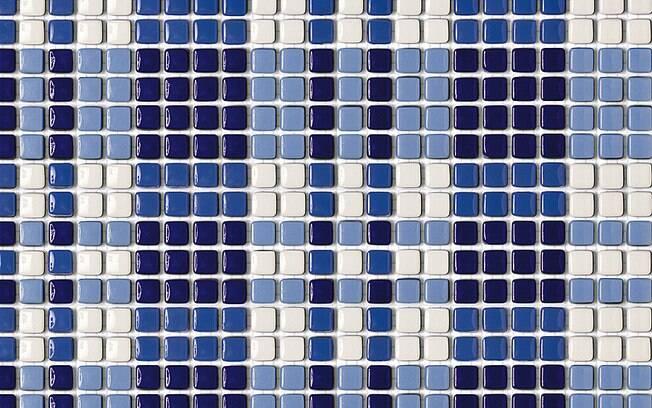 Em vidro maciço, as pastilhas Remix em azul (32 cm x 32 cm) são vendidas por R$ 45,16 (m²) na Mosarte . Foto: Divulgação