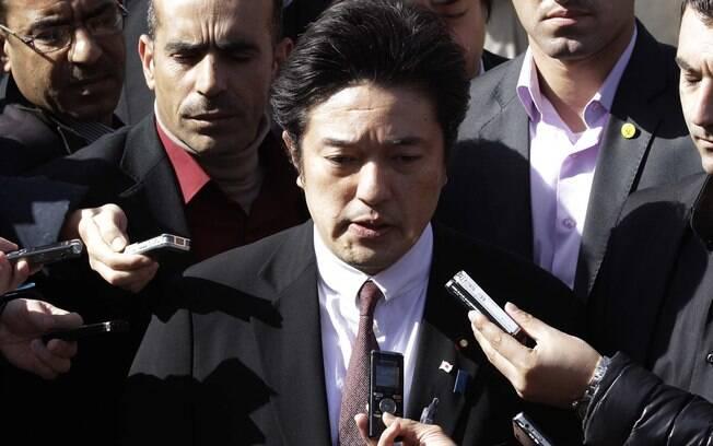 Ministro japonês dos Negócios Estrangeiros Yasuhide Nakayama fala à imprensa em frente à Embaixada do Japão em Amã, Jordânia