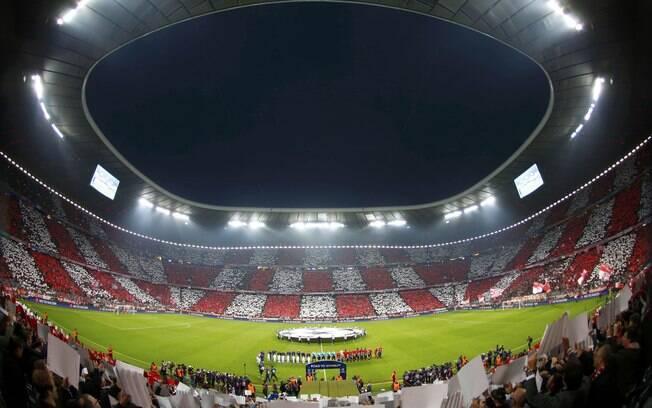 Torcida do Bayern de Munique faz bonito  mosaico antes de começar duelo contra o Barcelona  pela Liga dos Campeões
