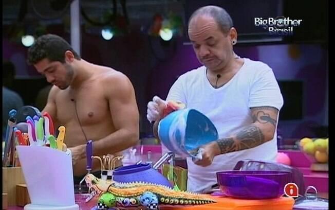 Na cozinha, Yuri confessa para João Carvalho que sente falta de Laisa o tempo todo