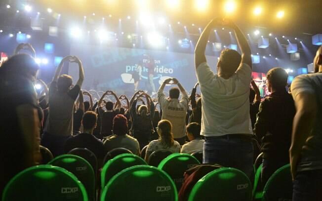 É um culto de amor? Não, é o público posando para a foto de Ricky Whittle na CCXP 2018