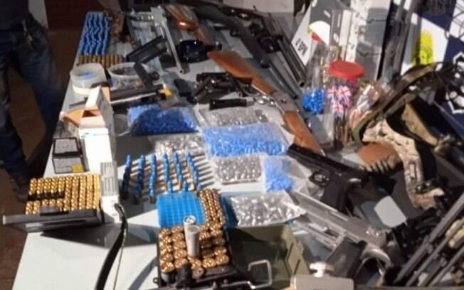 Após mãe ligar para a polícia, autoridades apreendem munição e armas na casa de filho no Paraná