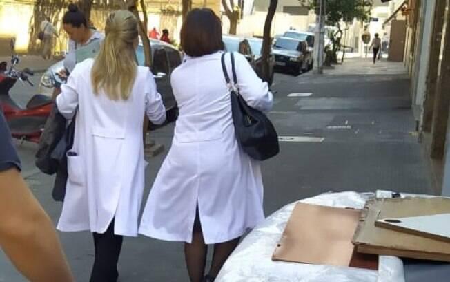 Médicos usando jalecos são vistos com facilidade nas ruas