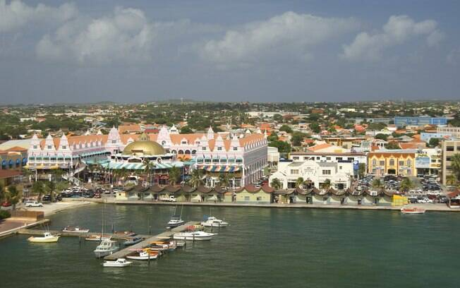 A colorida capital Oranjestad concentra a grande parte dos turistas que visitam Aruba