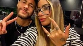 Irmã de Neymar posa com manto e torcida reage
