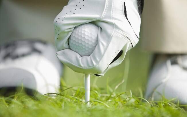 Um par de luvas para jogar golfe tem o preço  médio de R$ 40 reais
