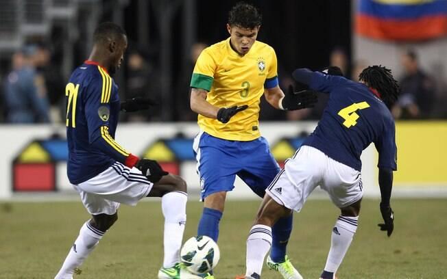9f3b9ca5d3 Kaká arranca com a bola durante o primeiro tempo. Foto  Mowa Press. Thiago  Silva tenta passar pela marcação dupla. Foto  Mowa Press
