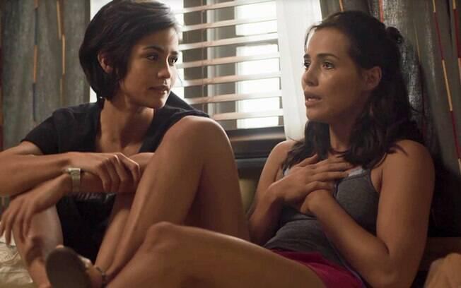 Rosa e a irmã Maura trocam confidências e e tem uma relação de íntima e realista