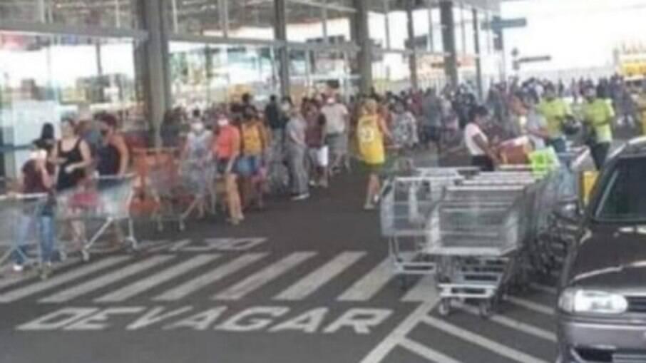 Fila em supermercado Atacadão, na Praia Grande