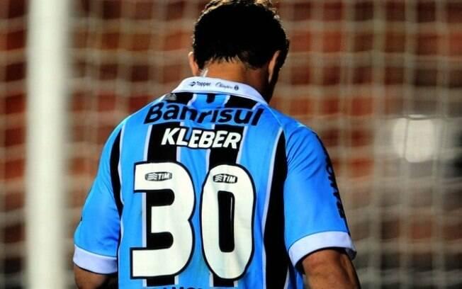 Kleber deixa o campo cabisbaixo após  expulsão. Grêmio e Palmeiras empataram sem gols