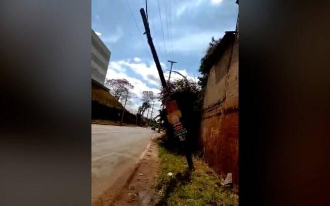 Poste 'pendurado' preocupa moradores da região dos Amarais
