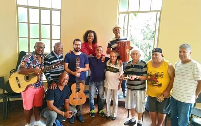 Adriana Lessa com os integrantes da roda de choro