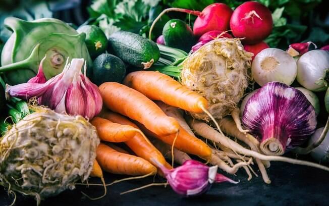 Doença gerada por ovos de tênia se dá por meio de  consumo de frutas e legumes mal lavados e carne de porco mal cozida